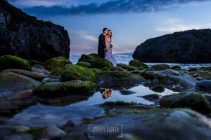 Post boda en Llanes y boda en Medinilla de Laura y Jonatan realizada por Johnny Garcia, fotografo de bodas en Asturias, al amanecer la pareja en la playa