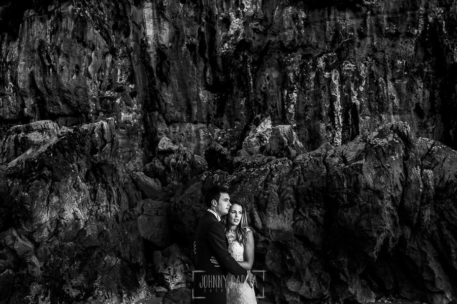 Post boda en Llanes y boda en Medinilla de Laura y Jonatan realizada por Johnny Garcia, fotografo de bodas en Asturias, un retrato de los novios al amanecer