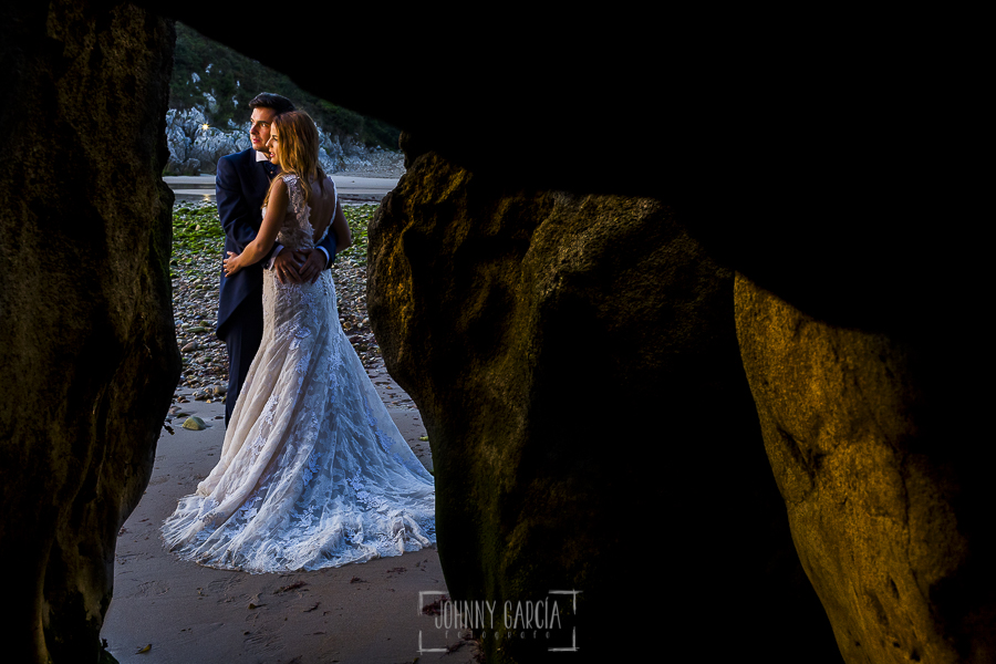 Post boda en Llanes y boda en Medinilla de Laura y Jonatan realizada por Johnny Garcia, fotografo de bodas en Asturias, la pareja junto al mar en Llanes