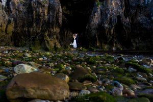 Post boda en Llanes y boda en Medinilla de Laura y Jonatan realizada por Johnny Garcia, fotografo de bodas en Asturias, los novios en una cueva del mar