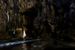 Post boda en Llanes y boda en Medinilla de Laura y Jonatan realizada por Johnny Garcia, fotografo de bodas en Asturias, la pareja en unas rocas al lado del mar