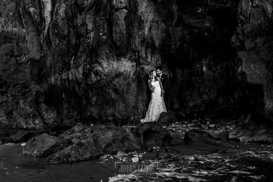 Post boda en Llanes y boda en Medinilla de Laura y Jonatan realizada por Johnny Garcia, fotografo de bodas en Asturias, un retrtao de la pareja en Asturias