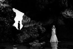 Post boda en Llanes y boda en Medinilla de Laura y Jonatan realizada por Johnny Garcia, fotografo de bodas en Asturias, Laura en primer plano, al fondo la silueta de Jonatan
