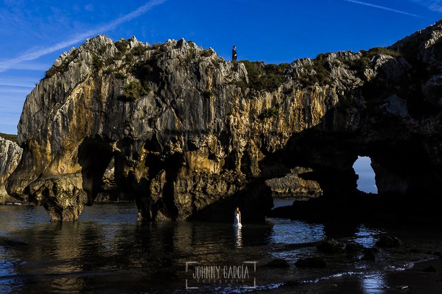 Post boda en Llanes y boda en Medinilla de Laura y Jonatan realizada por Johnny Garcia, fotografo de bodas en Asturias, una fotografía de la playa donde realizamos la post boda en Asturias