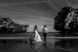 Post boda en Llanes y boda en Medinilla de Laura y Jonatan realizada por Johnny Garcia, fotografo de bodas en Asturias, Laura y Jonatan corren hacia el mar