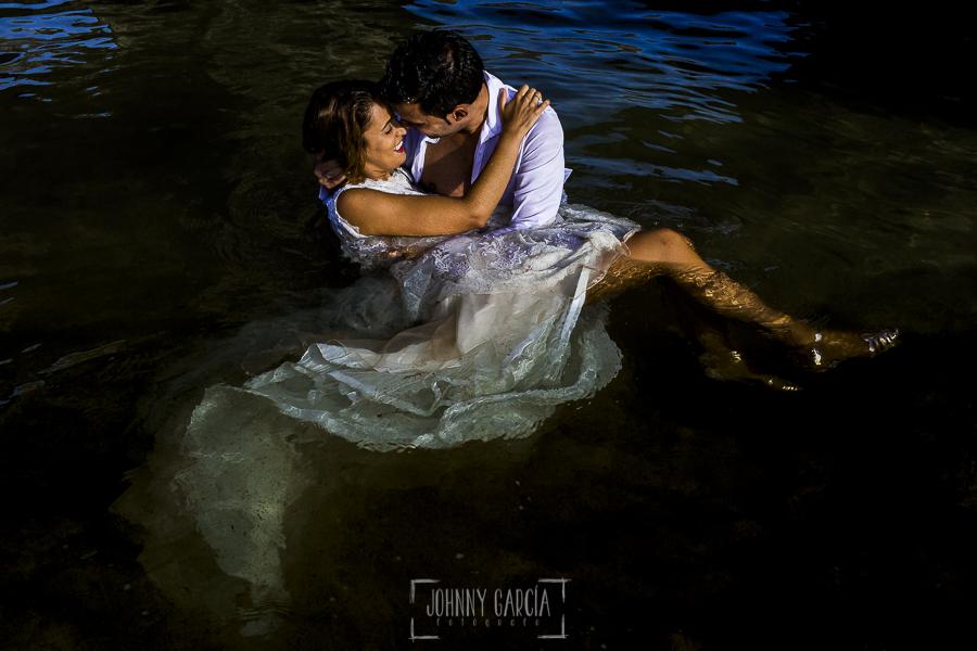 Post boda en Llanes y boda en Medinilla de Laura y Jonatan realizada por Johnny Garcia, fotografo de bodas en Asturias, la pareja se besa en la playa de Llanes en Asturias