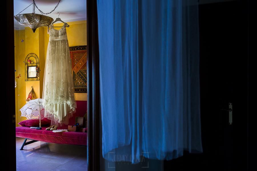 Boda en Granada de Marta y Mauricio realizada por Johnny García, fotógrafo de bodas en Granada, el vestido de Marta