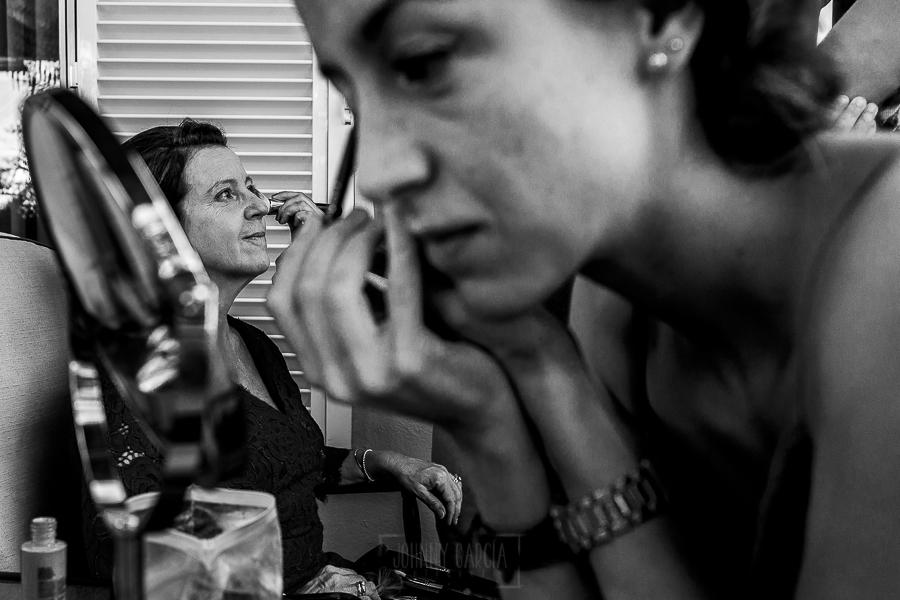 Boda en Granada de Marta y Mauricio realizada por Johnny García, fotógrafo de bodas en Granada, la hermana y la madre de Marta se maquillan
