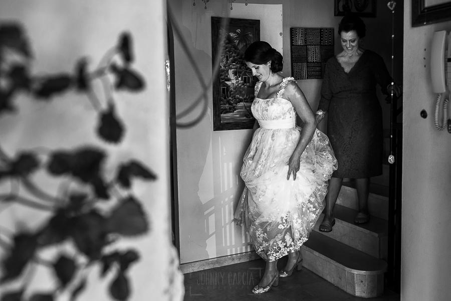 Boda en Granada de Marta y Mauricio realizada por Johnny García, fotógrafo de bodas en Granada, Marta baja de la habitación