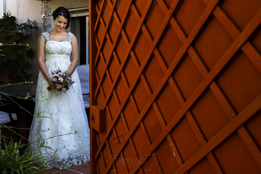 Boda en Granada de Marta y Mauricio realizada por Johnny García, fotógrafo de bodas en Granada, un retrato de Marta en el patio de casa de sus padres