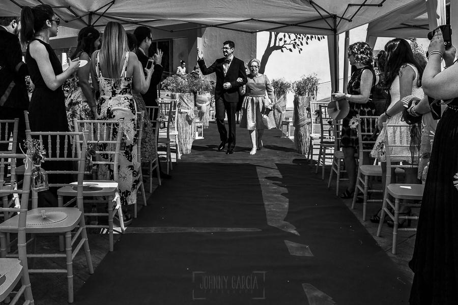 Boda en Granada de Marta y Mauricio realizada por Johnny García, fotógrafo de bodas en Granada, Mauricio llega a los Jardines de Siddharta