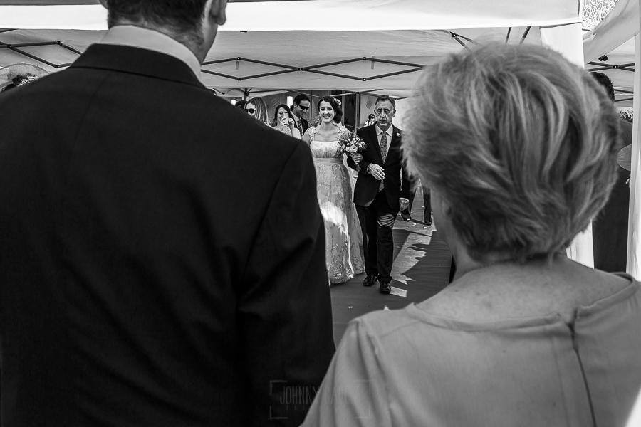 Boda en Granada de Marta y Mauricio realizada por Johnny García, fotógrafo de bodas en Granada, Marta llega del brazo de su padre