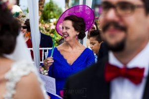 Boda en Granada de Marta y Mauricio realizada por Johnny García, fotógrafo de bodas en Granada, la madre de Marta durante la ceremonia