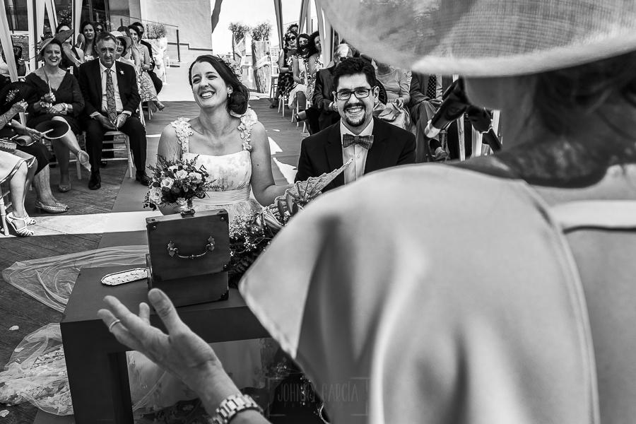 Boda en Granada de Marta y Mauricio realizada por Johnny García, fotógrafo de bodas en Granada, los novios ríen con las palabras de la hermana de Marta