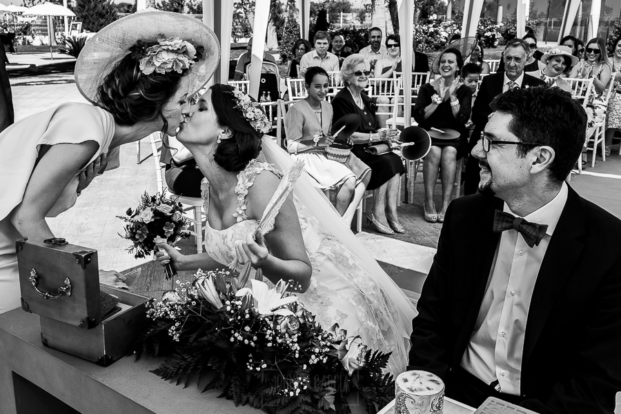 Boda en Granada de Marta y Mauricio realizada por Johnny García, fotógrafo de bodas en Granada, Marta y su hermana se besan al acabar el discurso