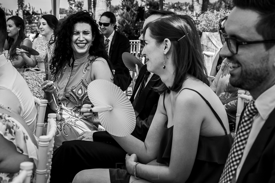 Boda en Granada de Marta y Mauricio realizada por Johnny García, fotógrafo de bodas en Granada, los invitados disfrutando de la ceremonia de la bod en Granada