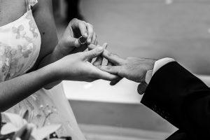 Boda en Granada de Marta y Mauricio realizada por Johnny García, fotógrafo de bodas en Granada, detalle de las manos en el momento de intercambiar los anillos