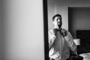 Boda en Granada de Marta y Mauricio realizada por Johnny García, fotógrafo de bodas en Granada, Mauricio se viste frente al espejo