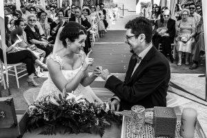 Boda en Granada de Marta y Mauricio realizada por Johnny García, fotógrafo de bodas en Granada, Marta le dedica unas palabras a Mauricio antes de intercambiar los anillos