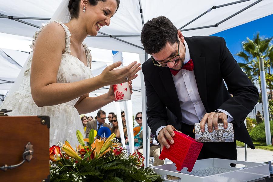 Boda en Granada de Marta y Mauricio realizada por Johnny García, fotógrafo de bodas en Granada, la pareja realiza el rito de las velas