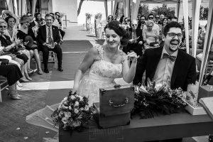 Boda en Granada de Marta y Mauricio realizada por Johnny García, fotógrafo de bodas en Granada, Marta y Mauricio bromean con el oficiante de la ceremonia