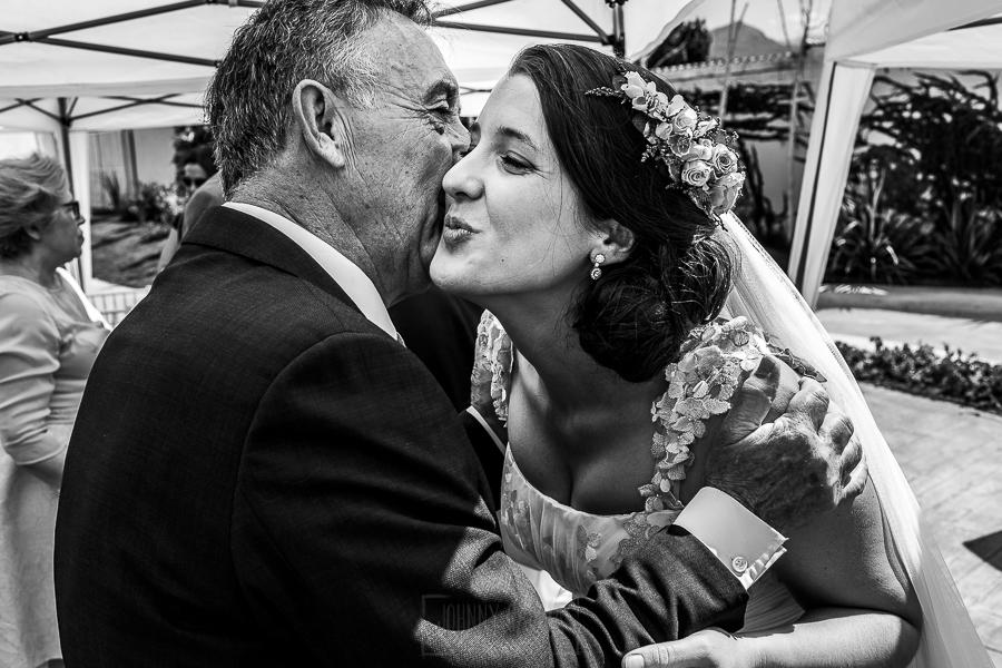 Boda en Granada de Marta y Mauricio realizada por Johnny García, fotógrafo de bodas en Granada, Marta besa a su padre