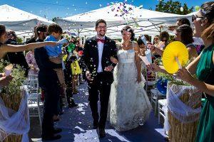 Boda en Granada de Marta y Mauricio realizada por Johnny García, fotógrafo de bodas en Granada, la pareja salen y los invitados les tiran confeti