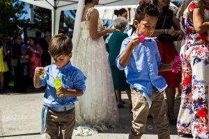 Boda en Granada de Marta y Mauricio realizada por Johnny García, fotógrafo de bodas en Granada, dos peques juegan con pomperos