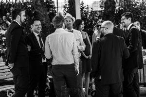 Boda en Granada de Marta y Mauricio realizada por Johnny García, fotógrafo de bodas en Granada, Mauricio hablando con amigos