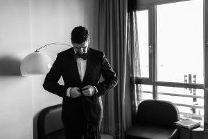Boda en Granada de Marta y Mauricio realizada por Johnny García, fotógrafo de bodas en Granada, Mauricio acabando de prepararse en la habiatción del hotel de Granada