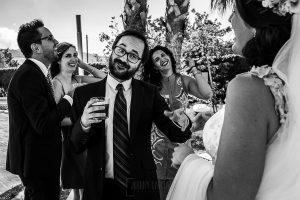 Boda en Granada de Marta y Mauricio realizada por Johnny García, fotógrafo de bodas en Granada, un amigo de los novios se dirige a la novia