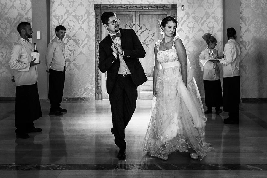 Boda en Granada de Marta y Mauricio realizada por Johnny García, fotógrafo de bodas en Granada, los novios entran bailando al salón del banquete