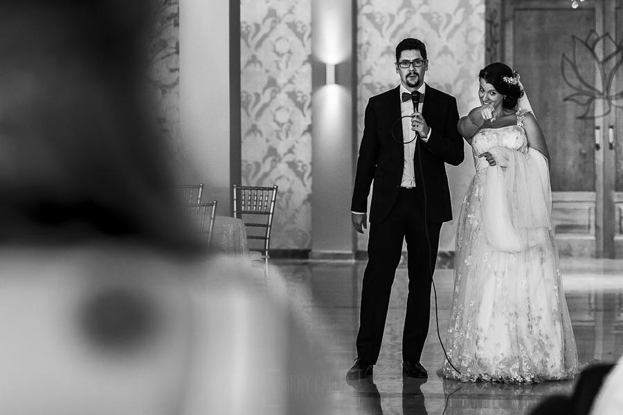 Boda en Granada de Marta y Mauricio realizada por Johnny García, fotógrafo de bodas en Granada, los recien casados dirigen unas palabras a los invitados