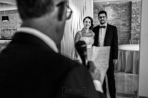 Boda en Granada de Marta y Mauricio realizada por Johnny García, fotógrafo de bodas en Granada, el padre de Marta realiza un discurso dirigido a los recién casados