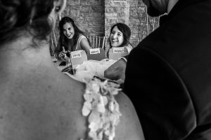 Boda en Granada de Marta y Mauricio realizada por Johnny García, fotógrafo de bodas en Granada, amigos de los novios en una de las mesas del banquete