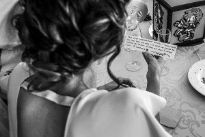Boda en Granada de Marta y Mauricio realizada por Johnny García, fotógrafo de bodas en Granada, la hermana de Marta lee una dedicatoria de los novios
