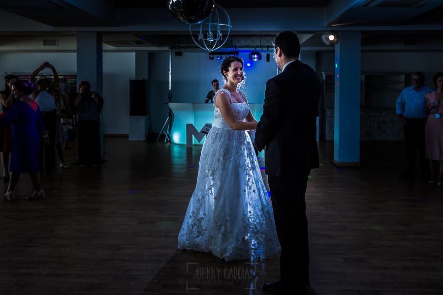 Boda en Granada de Marta y Mauricio realizada por Johnny García, fotógrafo de bodas en Granada, los recién casados en el baile nupcial