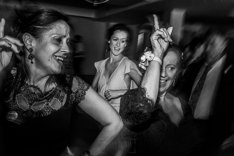 Boda en Granada de Marta y Mauricio realizada por Johnny García, fotógrafo de bodas en Granada, familiares disfrutan bailando durante la fiesta