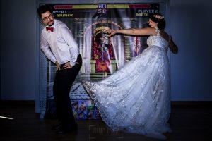 Boda en Granada de Marta y Mauricio realizada por Johnny García, fotógrafo de bodas en Granada, los novios ante el photocall de dragonball