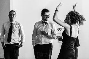 Boda en Granada de Marta y Mauricio realizada por Johnny García, fotógrafo de bodas en Granada, Mauricio junto a los amigos durante la fiesta