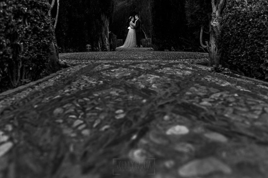 Boda en Granada de Marta y Mauricio realizada por Johnny García, fotógrafo de bodas en Granada, la pareja por los jardines de la Alhambra