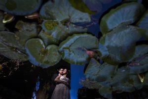 Boda en Granada de Marta y Mauricio realizada por Johnny García, fotógrafo de bodas en Granada, un reflejo de la pareja en una de las fuentes de la Alhambra
