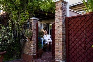Boda en Granada de Marta y Mauricio realizada por Johnny García, fotógrafo de bodas en Granada, Marta empieza a maquillarse en casa de sus padres