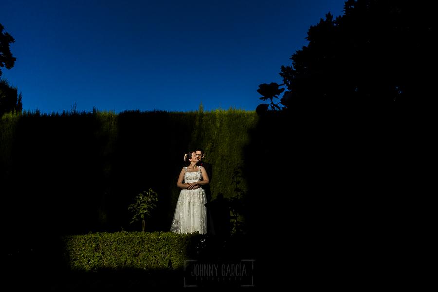 Boda en Granada de Marta y Mauricio realizada por Johnny García, fotógrafo de bodas en Granada, Mauricio abraza a Marta