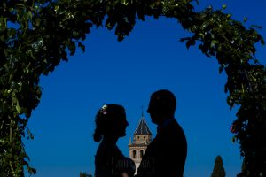 Boda en Granada de Marta y Mauricio realizada por Johnny García, fotógrafo de bodas en Granada, un contraluz de la pareja