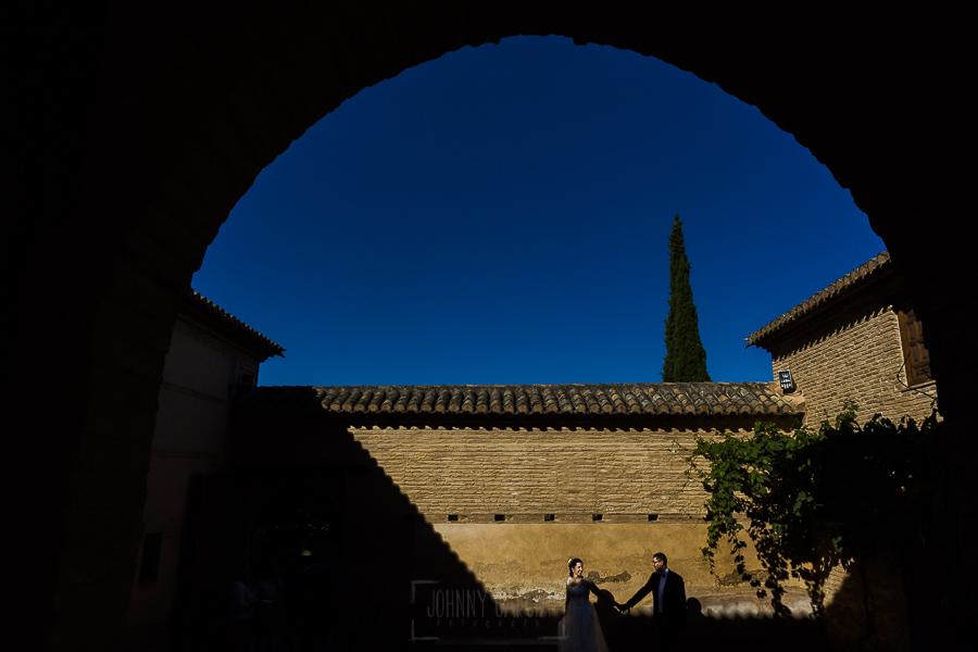 Boda en Granada de Marta y Mauricio realizada por Johnny García, fotógrafo de bodas en Granada, la pareja pasea por uno de los patios de los jardines de la Alhambra