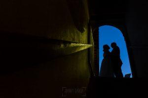 Boda en Granada de Marta y Mauricio realizada por Johnny García, fotógrafo de bodas en Granada, la pareja ante una puerta de la Alhambra