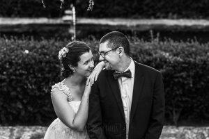 Boda en Granada de Marta y Mauricio realizada por Johnny García, fotógrafo de bodas en Granada, un retrato en blanco y negro de la pareja