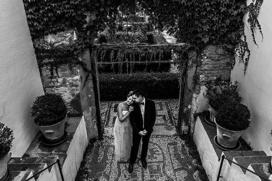 Boda en Granada de Marta y Mauricio realizada por Johnny García, fotógrafo de bodas en Granada, la pareja en una de las puertas de acceso a los jardines