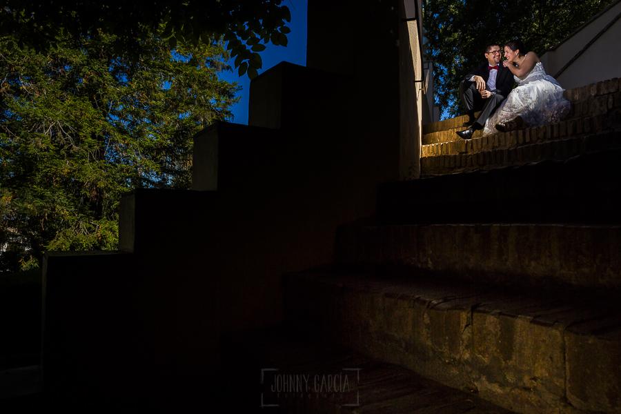 Boda en Granada de Marta y Mauricio realizada por Johnny García, fotógrafo de bodas en Granada, Marta y Mauricio sentados en una escalera de la Alhambra
